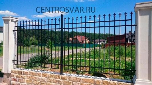 Кованый забор на ленточном фундаменте и бетонными столбами