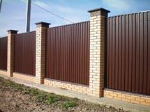 Забор из профнастила с кирпичными столбами и ленточным фундаментом